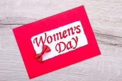 Cartão vermelho do dia do ` s das mulheres Imagens de Stock