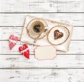 Cartão vermelho dos corações da decoração do dia de Valentim da cookie do café imagem de stock royalty free