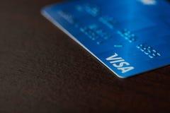 Cartão visa azul no fundo de madeira Fotografia de Stock