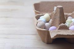 Cartón de huevos - dulces de Pascua Fotos de archivo