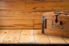 Cartón de huevos en el fondo de madera Fotos de archivo