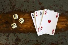 Cartões '4 áss' e dados Foto de Stock