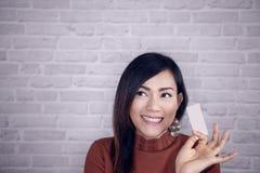 Cartões brancos do aumento asiático da menina imagens de stock
