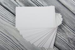 Cartões brancos vazios no fundo de madeira Imagens de Stock