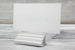 Cartões brancos vazios no fundo de madeira Foto de Stock