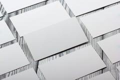 Cartões brancos vazios no fundo de madeira Fotos de Stock Royalty Free