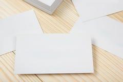 Cartões brancos vazios no fundo de madeira Foto de Stock Royalty Free