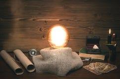 Cartões da bola de cristal e de tarô O seance Leitura do destino e do futuro fotos de stock