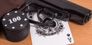 Cartões da pistola e de jogo Fotografia de Stock Royalty Free