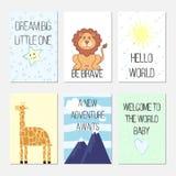Cartões de aniversário com citações, desenhos animados leo e girafa para o bebê e as crianças Pequeno grande o ideal Seja corajos ilustração stock