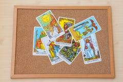 Cartões de corte do tarô na placa da cortiça Cartões da rainha e do rei Fotografia de Stock Royalty Free