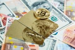 Cartões de crédito, bitcoins no fundo real do dinheiro Risco, investimento, moeda cripto foto de stock royalty free