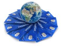 Cartões de crédito com globo (trajeto de grampeamento incluído) Imagens de Stock Royalty Free