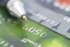 Cartões de crédito com pena fotos de stock