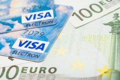 Cartões de crédito do visto e cédulas do Euro Imagem de Stock Royalty Free