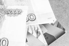 Cartões de crédito e dinheiro, quadro preto e branco Fotos de Stock