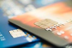 Cartões de crédito empilhados, cartões de crédito velhos na cor marrom e azul Imagens de Stock Royalty Free