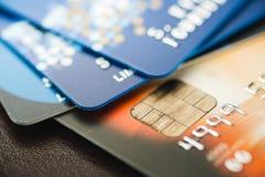 Cartões de crédito empilhados, cartões de crédito velhos na cor marrom e azul Fotos de Stock
