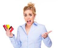 Cartões de crédito forçados da terra arrendada da mulher da trituração de crédito Imagem de Stock Royalty Free