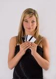Cartões de crédito louros novos da terra arrendada da mulher Imagens de Stock
