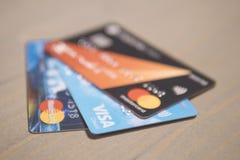 Cartões de crédito no fim de madeira da mesa de escritório acima Moscou, Rússia - 25 08 2017 Imagens de Stock Royalty Free
