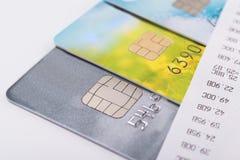 Cartões de crédito para o pagamento das verificações e dos recibos em contas foto de stock
