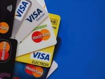 Cartões de crédito sobre o azul com espaço da cópia Fotos de Stock Royalty Free
