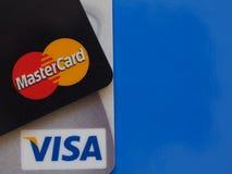 Cartões de crédito sobre o azul com espaço da cópia Imagens de Stock Royalty Free