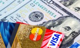 Cartões de crédito, visto e MasterCard, com notas de dólar dos E.U. Fotos de Stock Royalty Free