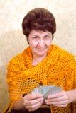 Cartões de jogo alegres da mulher Fotografia de Stock