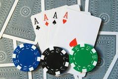 Cartões de jogo com 4 ás e microplaquetas de póquer Fotografia de Stock Royalty Free