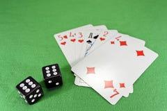 Cartões de jogo, dados no pano Imagem de Stock