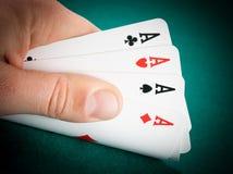 Cartões de jogo de vencimento em uma mão do homem Imagem de Stock Royalty Free