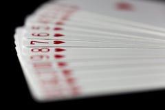 Cartões de jogo dos corações espalhados para fora Foto de Stock