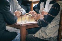 Cartões de jogo dos jogadores e álcool bebendo fotos de stock