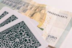 Cartões de jogo e nota do euro fotografia de stock