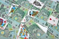 Cartões de jogo em uma pilha de dinheiro Foto de Stock Royalty Free