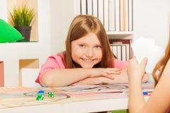 Cartões de jogo felizes da menina com seu oponente Fotos de Stock Royalty Free