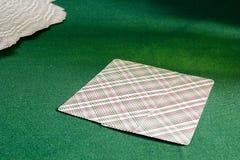 Cartões de jogo na tabela com pano verde Fotos de Stock