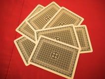 Cartões de jogo na tabela vermelha Fotografia de Stock