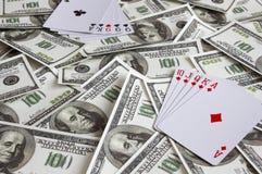 Cartões de jogo no fundo das notas de dólar gambling Negócio do jogo fotos de stock