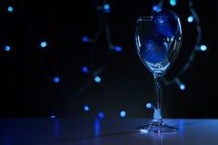 Cartões de Natal Vidro de vinho com as decorações azuis do Natal imagem de stock