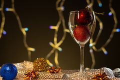 Cartões de Natal Vidro de vinho com as decorações azuis, vermelhas e do ouro do Natal imagem de stock