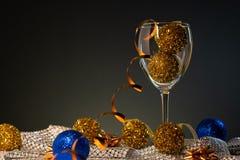 Cartões de Natal Vidro de vinho com as decorações do Natal do azul e do ouro imagens de stock