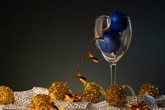 Cartões de Natal Vidro de vinho com as decorações do Natal do azul e do ouro foto de stock royalty free