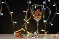 Cartões de Natal Vidro de vinho com as decorações do Natal do ouro imagens de stock royalty free