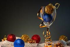 Cartões de Natal Vidro de vinho com as decorações vermelhas, do azul e do ouro do Natal imagem de stock