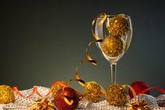 Cartões de Natal Vidro de vinho com vermelho e decorações do Natal do ouro imagem de stock