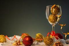 Cartões de Natal Vidro de vinho com vermelho e decorações do Natal do ouro fotos de stock royalty free