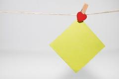 cartões de papel unidos com os pinos de roupa com corações pequenos Foto de Stock Royalty Free